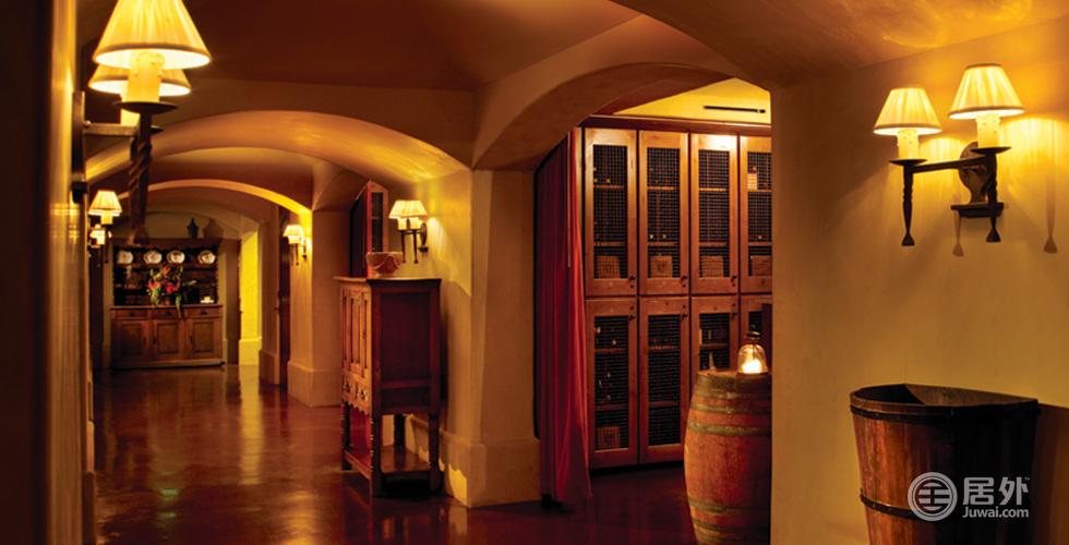 俱乐部内建有3000平方英尺精心装饰的地下温控酒窖,是精英会员们品酒、互动的最佳场所。