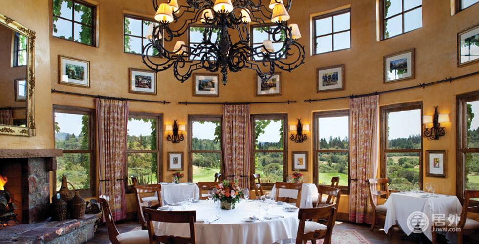 顶级配置   俱乐部有多个餐厅,或庄重正式的圆形大厅,或宽敞可俯瞰高尔夫球场的露台餐厅,无论何处,都是您用餐、开展社交活动的最好场所。